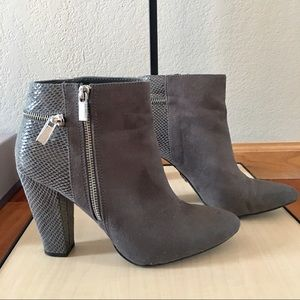 Jennifer Lopez gray ankle boot size 9
